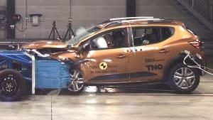 Ein Dacia Sandero beim Aufpral während eines Crashtests.