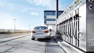 Auto tankt an einer Tankstelle mit alternativen Kraftstoffen