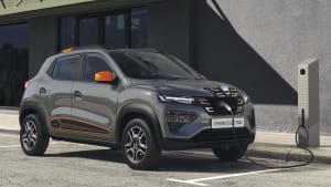 Dacia Spring stehend an einer Ladesäule