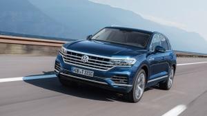 blauer VW Touareg fährt auf Strasse