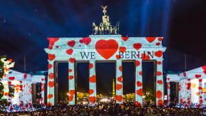Das Brandenburger Tor wird Nachts mit Herzen beleuchtet
