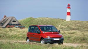 roter Fiat Multipla fährt am Strand