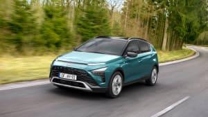 Der neue petrolfarbener Hyundai Bayon während der Fahrt