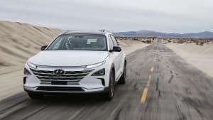 weisser Hyundai Nexo faehrt durch Gelaende