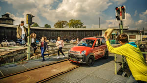 Ein Leichtkraftfahrzeug der Marke Ligier steht vor einer Bahnrampe