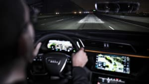 Ein Audi E-Tron fährt in der Nacht auf einer Straße