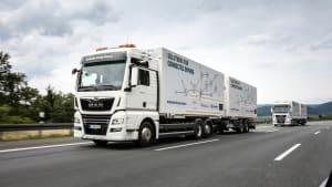 Zwei MAN Lastwagen fahren hintereinander im Platooning Verbund auf der Autobahn.