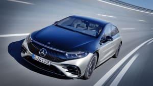 Mercedes EQS fährt in einer Steilkurve