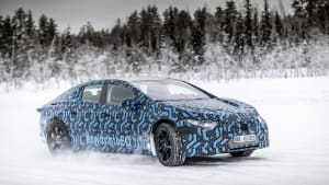im Schnee: der Mercedes EQS im Test