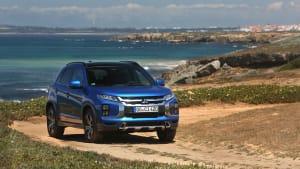 blauer Mitsubishi ASX stehend