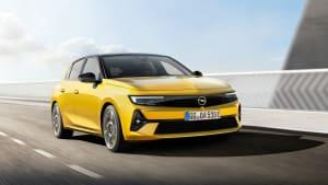 Ein Opel Astra fahrend und von schräg vorne fotografiert