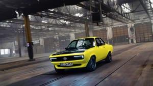 Opel Mantra mit Elektroantrieb fahrend in einer Halle