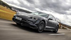 Front- und Seitenansicht des Porsche Taycan Cross Turismo
