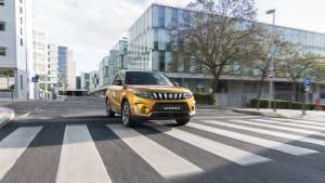 ein Suzuki Vitara fährt auf einer Strasse