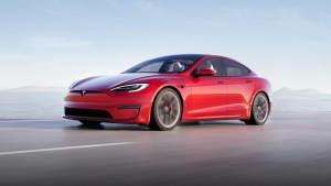Fronansicht eines fahrenden Tesla Model S