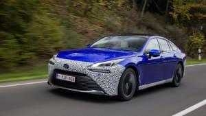 Das Wasserstoffauto Toyota Mirai fährt auf einer Landstrasse.