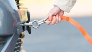Abschleppseil wird an einem Auto befestigt