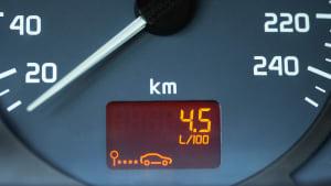 Die Anzeige in einem Auto zeigt den Benzinverbrauch pro 100 Kilometer an