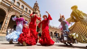 Flamencotänzerinnen auf der Plaza de España in Sevilla