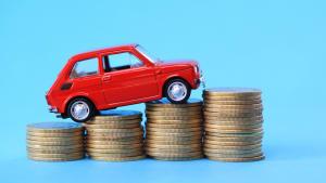 Auto steht auf Bergen aus Münzen