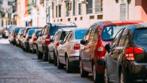 Parkende Autos in einer Strasse
