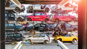 Bunte Autowracks im Lager warten auf die Autoverwertung