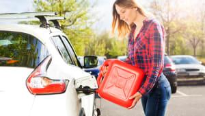 Frau tankt Auto mit Benzinkanister