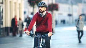 Mann fährt auf seinem E-Bike