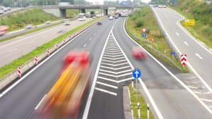 Auto fährt auf dem Beschleunigungsstreifen auf die Autobahn