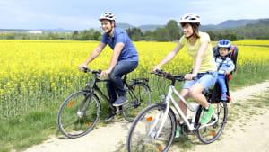 Eine Familie ist mit dem Fahrrad unterwegs