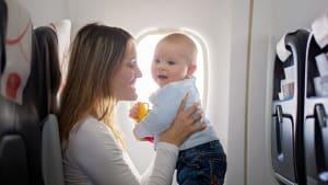 Mutter und Baby in einem Flugzeug