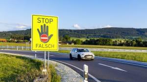 Warnschild für Geisterfahrer auf Autobahn