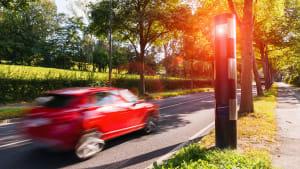 Rotes Auto wird geblitzt