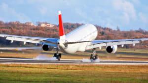 Ein Flugzeug bei der Landung mit qualmenden Rädern