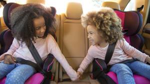Zwei Mädchen im Kindersitz im Auto