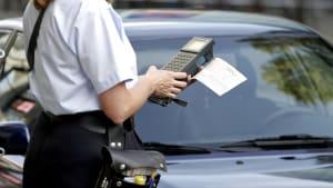 ein Knöllchen wird von einer Mitarbeiterin des Ordnungsamts ausgestellt