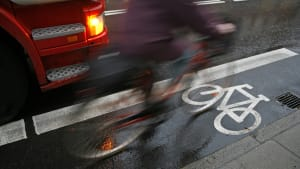 Radfahrer fährt neben abbiegendem LKW