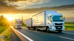 Zwei LKWs fahren auf einer Schnellstraße