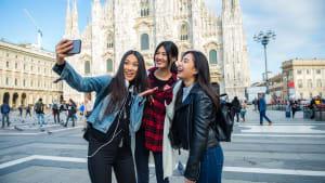 Drei Freunde stehen vor dem Dom in Mailand