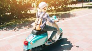 Roller fährt auf einer Straße