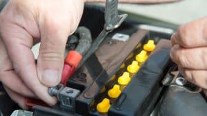 Ausbau einer Motorradbatterie