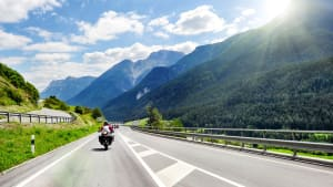 Motorradfahrer in den Alpen