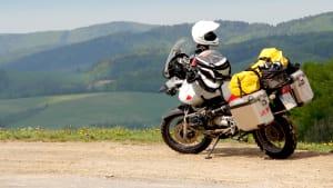 Ein voll beladenes Motorrad steht am Strassenrand
