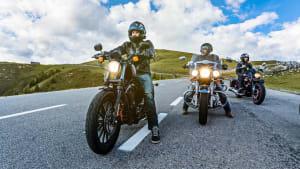 Drei Motorradfahrer auf der Straße