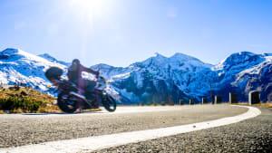 Motorradfahrer am Großglockner