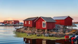 Rote Häuser auf der Bohuslän Insel in Schweden