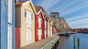Bunte Hütten auf der Insel Smögen in Schweden