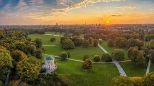 Luftaufnahme des Englischen Gartens in München mit Pavillion