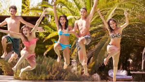 Jugendliche springen in Pool