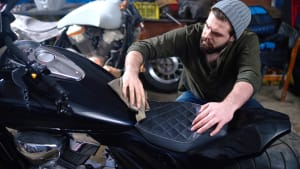 Mann pflegt sein Motorrad